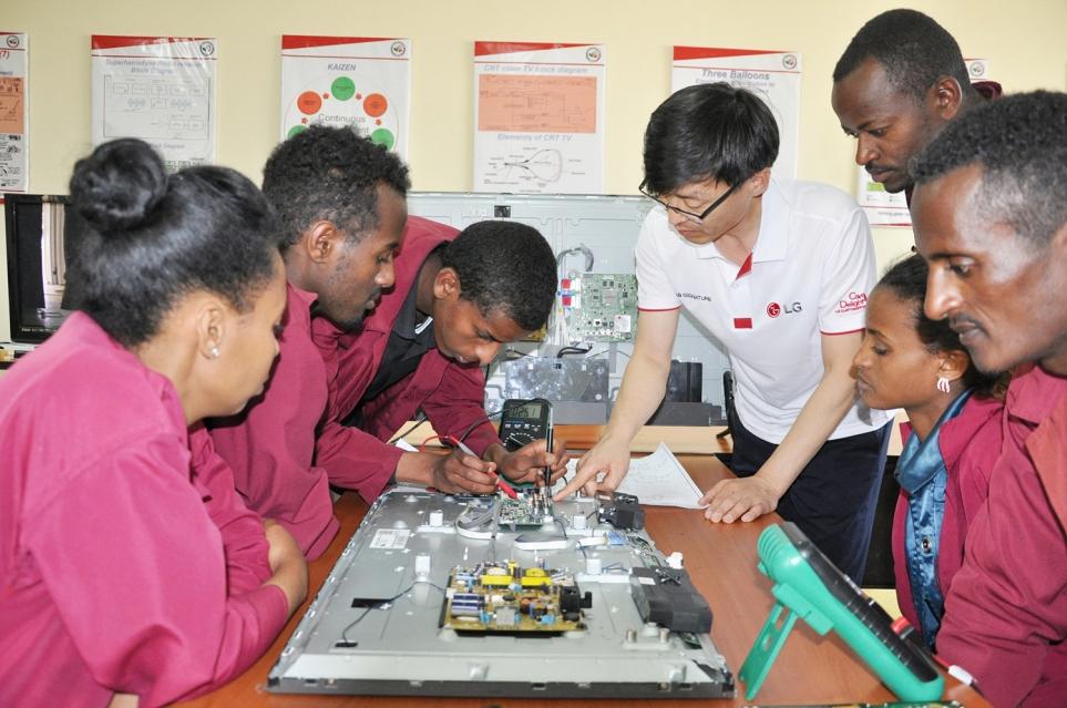 에티오피아 LG-KOICA 희망직업훈련학교에서 교육하는 모습 1