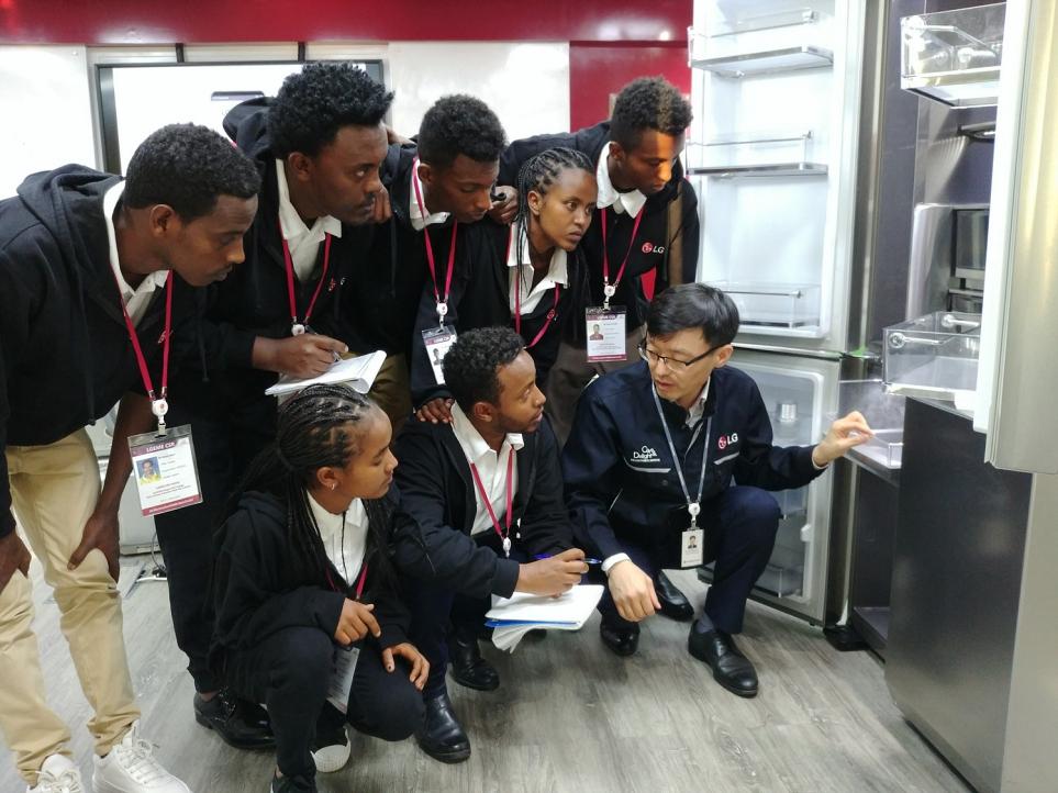 에티오피아 LG-KOICA 희망직업훈련학교의 우수학생 7명의 두바이 해외연수 모습