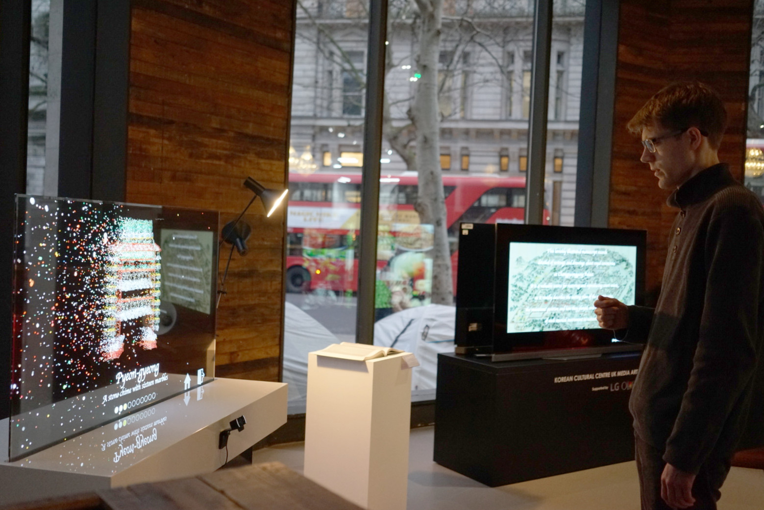 LG전자가 9일부터 22일까지 영국 런던 주영한국문화원에서 열리는 「기사진표리진찬의궤 미디어 쇼케이스」에 참여해 조선시대 문화재를 널리 알리고 있다. 관람객들이 AR(증강현실) 제스처 인식기술과 소리 시각화 기법이 적용된 투명 올레드 사이니지를 통해 '기사진표리진찬의궤'를 감상하고 있다.