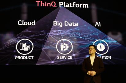 LG전자가 현지시간 6일 미국 라스베이거스 만달레이베이(Mandalay Bay) 호텔에서 글로벌 프레스 컨퍼런스를 열었다.LG전자 CTO(최고기술책임자) 박일평 사장이 인공지능 기술 발전의 기준을 정의하는 '인공지능 발전 단계(Levels of AI Experience)'를 발표하고 있다.