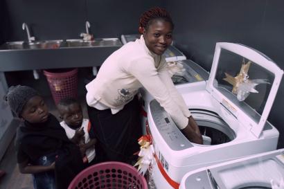 LG전자가 25일 나이지리아 카노주(州)에 위치한 LG 브랜드샵의 일부 공간에 무료 세탁방인 '라이프스 굿 위드 LG 워시(Life's Good with LG Wash)'를 열었다. 현지 주민이 무료 세탁방에서 세탁기를 체험해보고 있다.