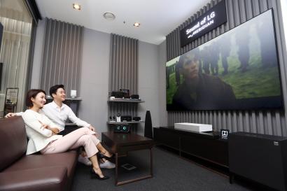 LG전자가 서울 강남구 소재 LG베스트샵 강남본점에 프리미엄 사운드 청음 공간을 열었다. 모델들이 청음 공간에서 사운드를 감상하고 있다.