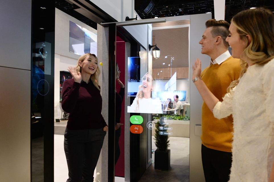 CES 2020 LG전자 부스 'LG ThinQ Home(LG 씽큐 홈)' 존의 스마트 도어를 체험하고 있는 방문객의 모습