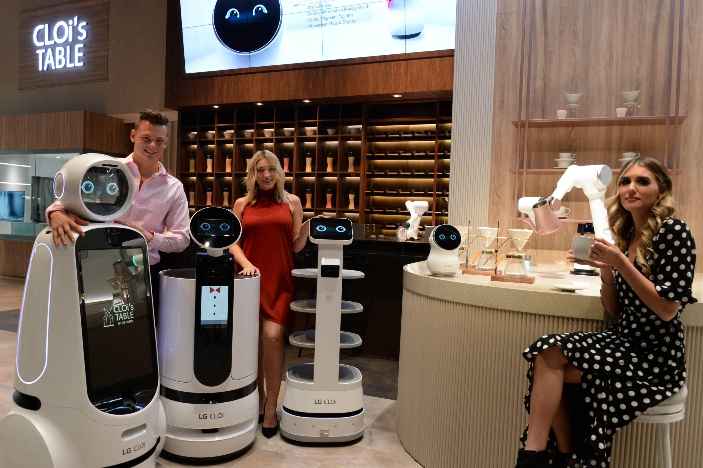 LG전자가 현지시간 7일부터 美 라스베이거스에서 열리는 CES 2020 전시회에 참가한다. LG전자 모델들이 '클로이 테이블(CLOi's Table)' 전시존에서 고객들이 식당에서 경험할 수 있는 다양한 로봇 서비스를 소개하고 있다.