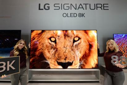 LG전자가 현지시간 7일부터 美 라스베이거스에서 열리는 CES 2020에서 올레드 기술 리더십을 기반으로 TV 신제품을 대거 선보인다. LG전자 모델들이 인공지능 프로세서 '알파9 3세대(α9 Gen3)'를 탑재한 88형 'LG 시그니처 올레드 8K' 신제품을 소개하고 있다. LG전자 '리얼 8K' TV는 화질선명도 값이 수평 방향과 수직 방향 모두 90% 수준으로 차원이 다른 선명함를 자랑한다.