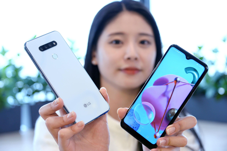 LG전자가 26일 실속형 대화면 스마트폰 LG Q51을 출시한다. 사진은 모델이 LG Q51을 소개하고 있는 모습