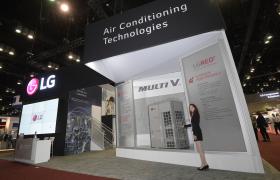 LG전자가 현지시간 3일부터 5일까지 미국 플로리다주 올랜도에서 열리는 북미 최대 공조전시회 'AHR 엑스포 2020'에서 전략제품을 대거 선보인다. 모델이 높은 성능과 에너지 효율을 동시에 갖춘 LG전자 시스템 에어컨 대표제품인 '멀티브이 5세대(Multi V 5)' 제품을 소개하고 있다.