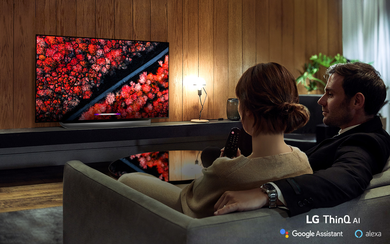 모델들이 최근 미국의 '씨넷', '톰스가이드', 영국의 '트러스티드 리뷰', '테크레이더' 등 해외 유력 매체들로부터 '최고 TV'로 호평을 받은 LG 올레드 TV(모델명: C9)를 즐기고 있다.