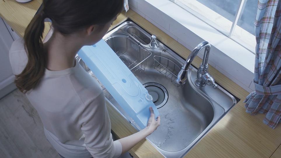 LG 트롬 건조기 물통 비우는 모습 3