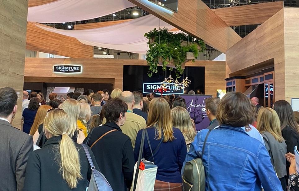 LG전자의 시그니처 키친 스위트 전시를 관람하는 많은 사람들의 모습