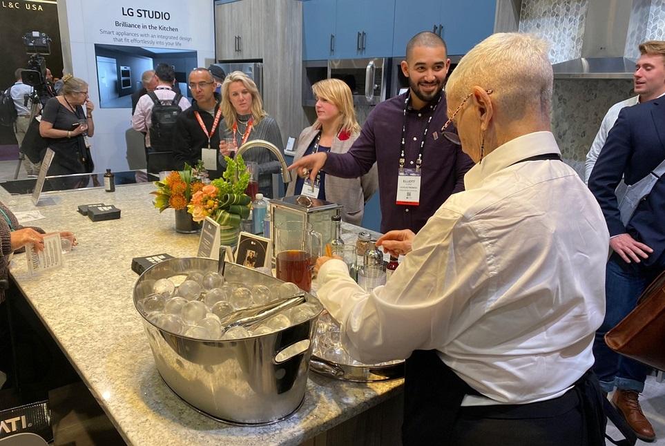 LG 인스타뷰 냉장고의 구형 얼음을 이용하여 음료를 제조하고 있는 방문객의 모습 1
