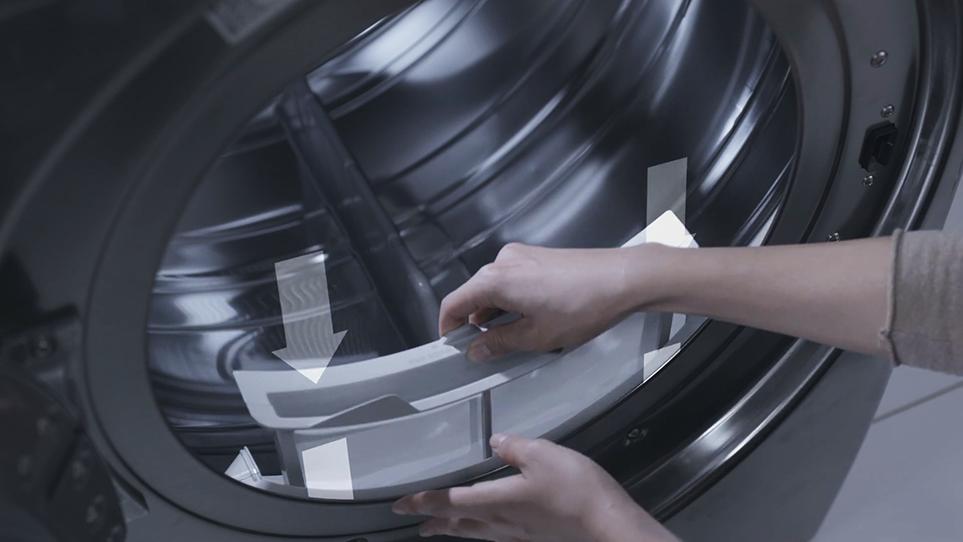 LG 트롬 건조기의 내부 필터, 외부 필터를 세탁기에 장착하는 모습