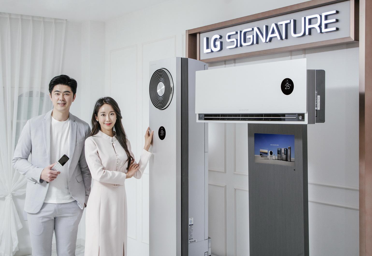 LG전자 모델이 냉방 성능을 강화한 超프리미엄 에어컨인 'LG 시그니처(LG SIGNATURE) 에어컨' 신제품을 소개하고 있다.