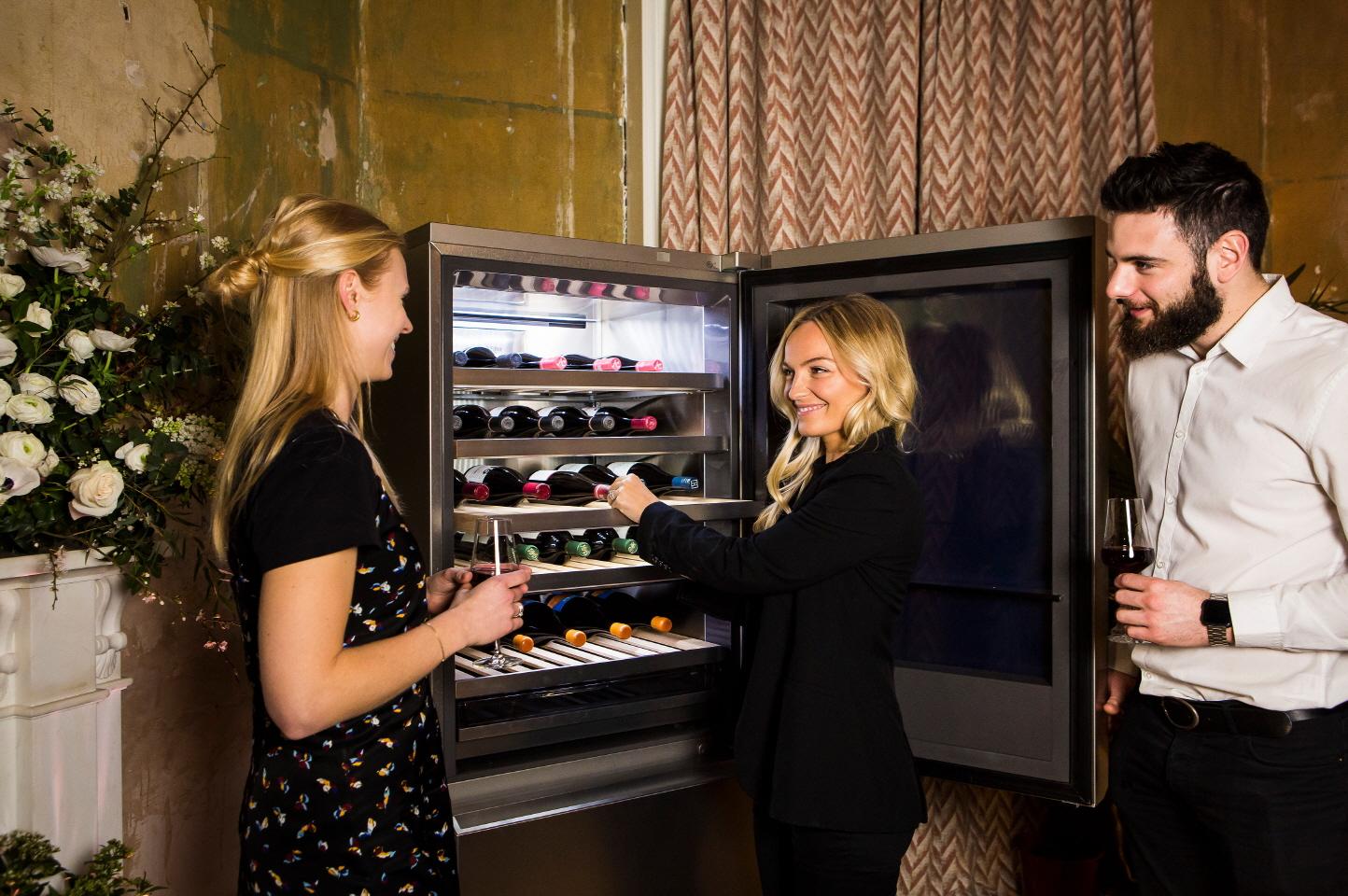 LG전자가 6일 현지시간 6일 영국 런던에 위치한 이벤트홀인 에니스모어 세션스 하우스(Ennismore Sessions House)에서 와인 명가 코니&바로우(Corney & Barrow)와 함께 LG 시그니처 와인셀러를 선보이는 행사를 열었다.