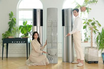 모델들은 필터클린봇과 UV LED 팬 살균 기능이 탑재된 'LG 휘센 씽큐 에어컨'을 소개하고 있다.