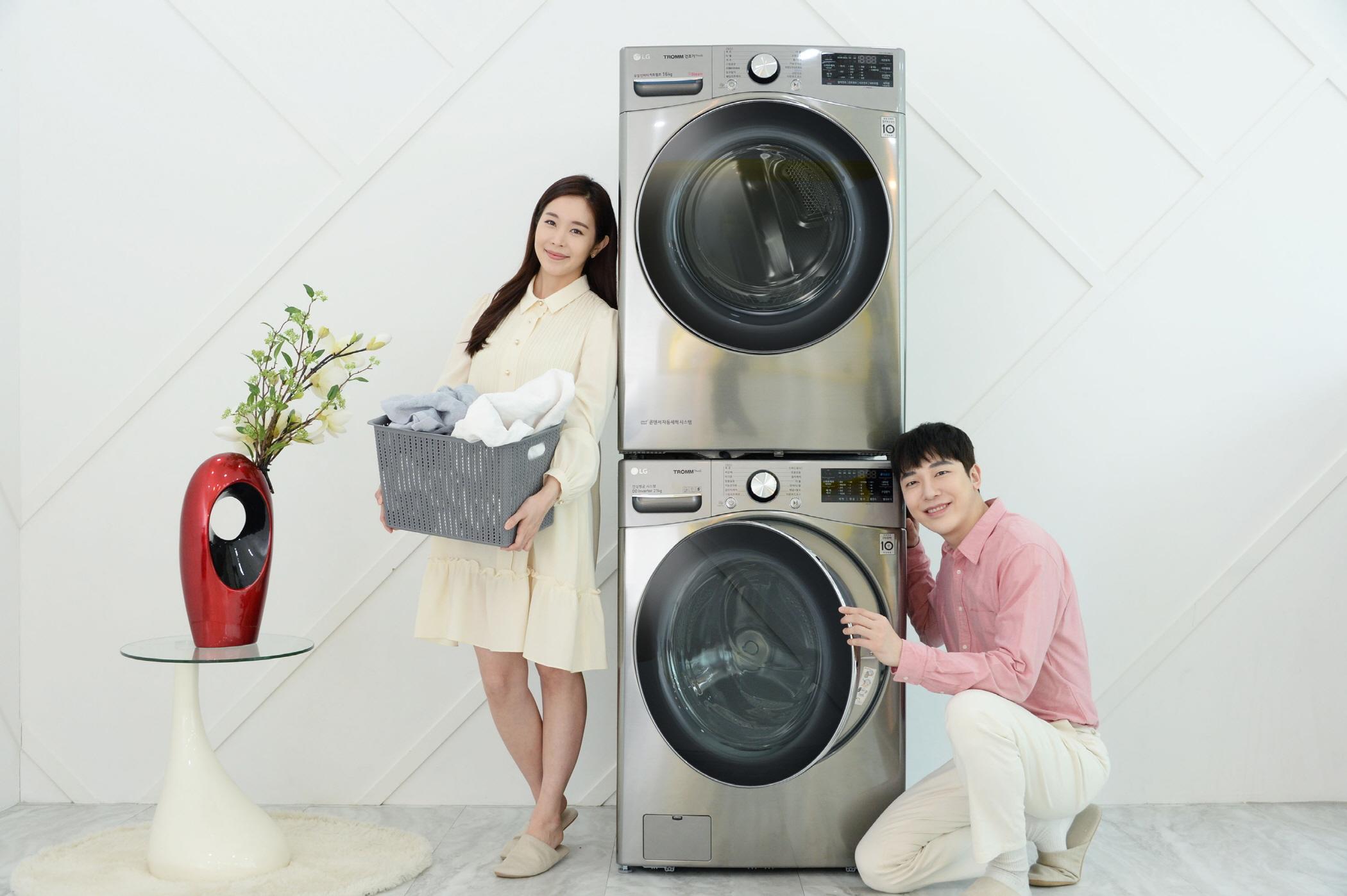 모델들이 'LG 트롬 건조기 스팀 씽큐(상)'와 인공지능 DD세탁기 'LG 트롬 세탁기 씽큐(하)'를 소개하고 있다.