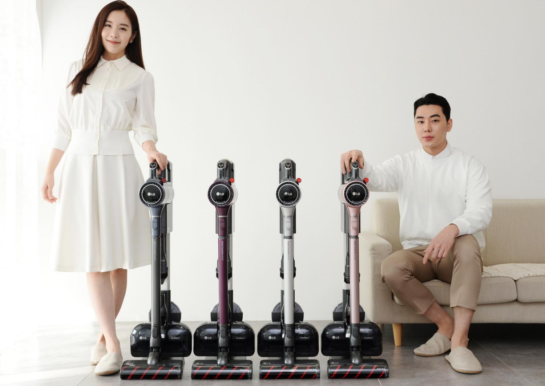 모델들이 더 가볍고 편리해진 프리미엄 무선청소기 신제품 'LG 코드제로 A9S 씽큐'를 소개하고 있다.