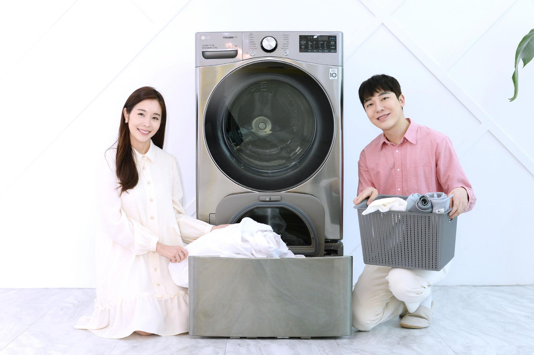 모델들이 인공지능 DD세탁기 'LG 트롬 세탁기 씽큐'에 미니워시를 결합한 제품을 소개하고 있다.