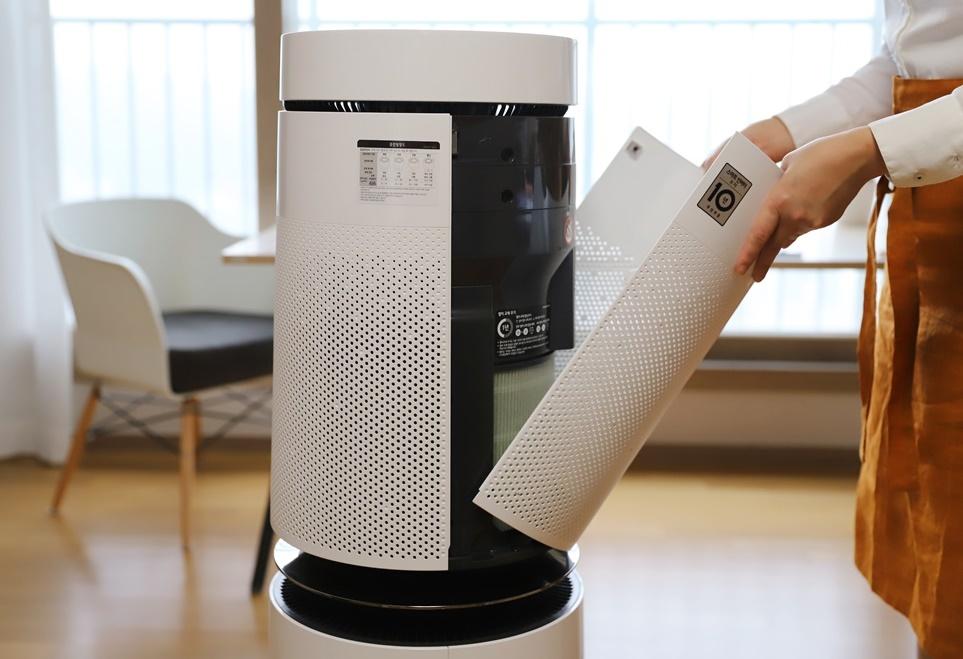 LG 퓨리케어 공기청정기를 사용하고 있는 모습 2