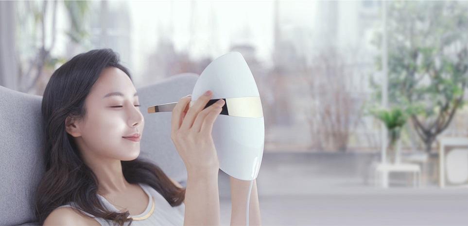 LG 프라엘 LED 마스크 착용하려는 모습