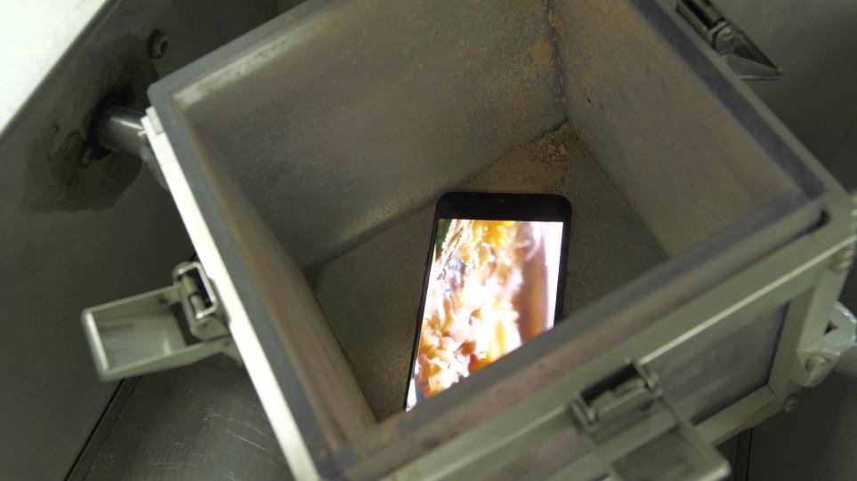 LG 스마트폰을 방진 테스트 하는 모습