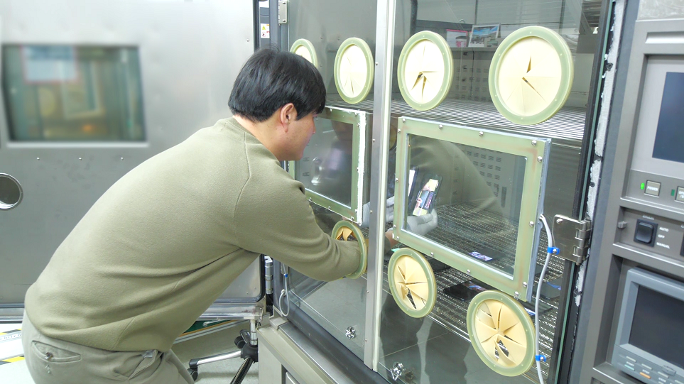 LG 전자 담당자가 고온과 저온 테스트를 하는 모습