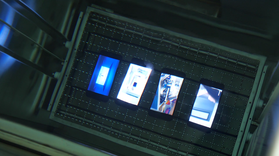 LG 스마트폰을 1.5m 수심에 빠트려 방수 테스트를 하는 모습