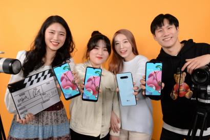 LG전자가 유명 유튜브 채널 '이십세들'과 손잡고 LG Q51 온라인 마케팅에 나선다. '이십세들'은 자신들의 유튜브 채널에 LG Q51 제품 소개 영상을 올리고, 라이브 방송도 진행할 계획이다. '이십세들'의 멤버들이 LG Q51을 소개하고 있다.