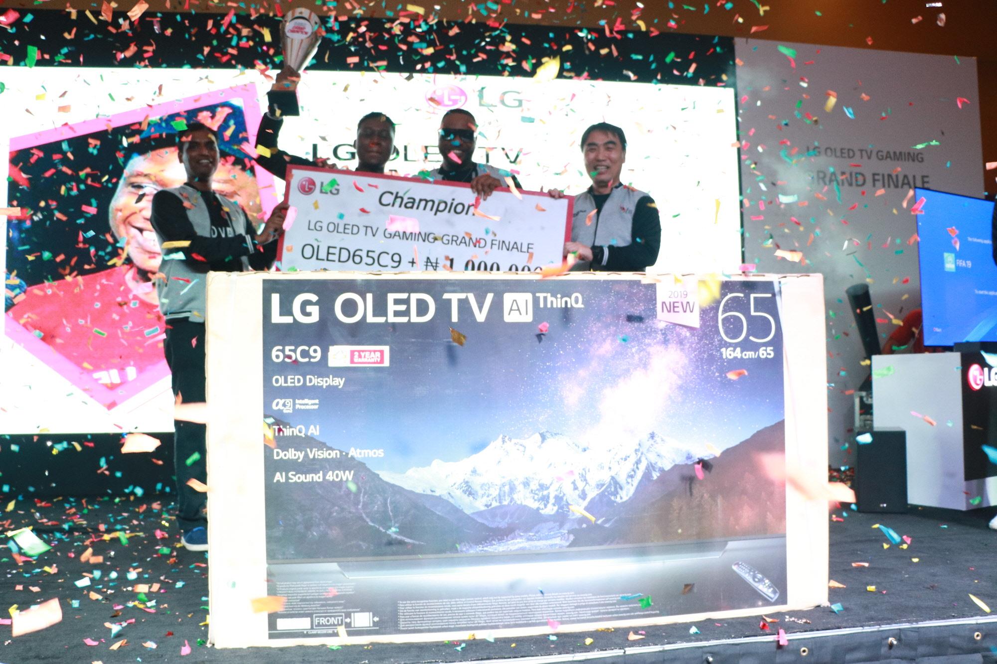 LG전자가 지난 주말 나이지리아 라고스 지역에서 LG 올레드 TV 게이밍 챌린지를 열었다. 최종 우승자는 부상으로 LG 올레드 TV와 1백만 나이라(한화 330만 원 상당)를 받았다. 사진은 우승자가 무대에서 환호하는 모습.