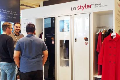 LG전자가 이달 9일부터 20일까지 2주간 프리미엄 백화점을 운영하는 '존 루이스(John Lewis)'의 英 런던 소재 본사 1층에 LG 스타일러 체험존을 운영하고 있다. 현지 고객들이 신개념 의류관리기 LG 스타일러를 살펴보고 있다.
