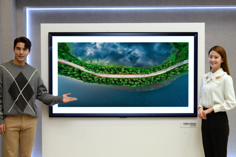모델01, 02: LG전자가 2020년형 LG 올레드 AI ThinQ를 글로벌 시장에 본격 출시했다. 모델들이 갤러리 디자인을 적용한 신제품(모델명: GX)을 소개하고 있다.