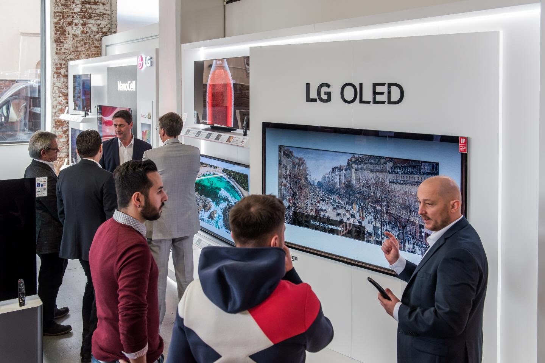 LG 올레드 TV가 유력 매체들로부터 연이은 호평을 받고 있는 가운데, 최근에는 유럽 7개국 소비자매체가 실시한 성능평가에서 1위부터 4위까지를 전부 석권하며 우수성을 인정받았다. 사진은 유럽지역 거래선 관계자들이 2020년형 LG 올레드 TV를 살펴보는 장면.