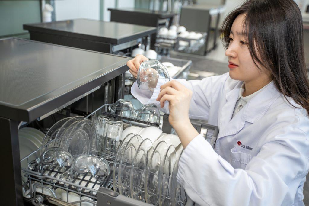 LG전자는 최근 독일 시험기관 TUV라인란드(TUV Rheinland)의 참관 하에 실시한 '식기세척기 연수장치 유무에 따른 물얼룩 개수' 시험을 통해 연수장치가 있는 디오스 식기세척기가 세척 후 그릇에 남을 수 있는 물얼룩을 감소시킨다는 것을 입증했다. LG전자 연구원이 세척을 마친 깨끗한 그릇을 살펴보고 있다.