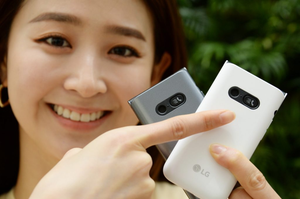 LG전자가 17일 국내 이동통신 3사를 통해 4G 폴더폰 'LG 폴더2'를 출시한다. 모델이 LG 폴더2를 소개하고 있다.