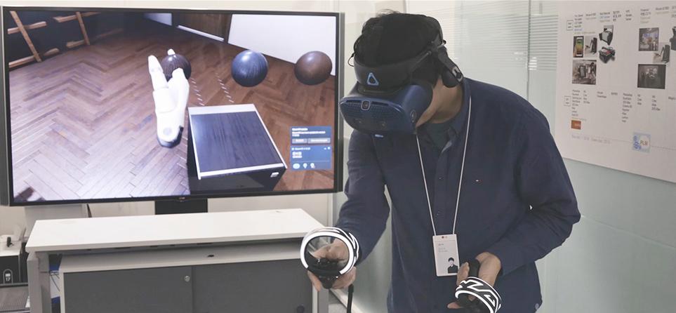VR 기술로 사용자 환경을 가상 체험하는 모습
