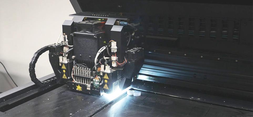 3D 프린터를 통해 제품 모형을 제작하는 모습