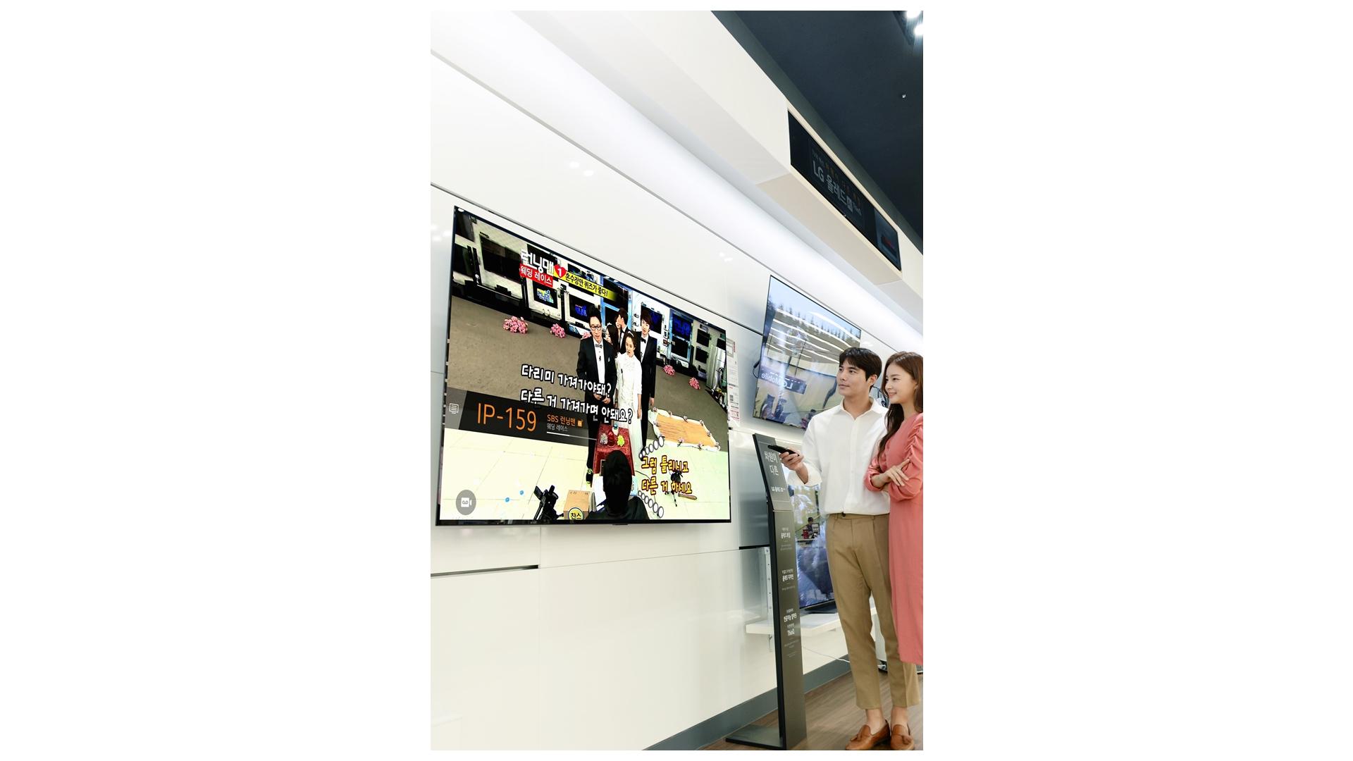 LG전자가 인터넷이 연결된 LG TV에서 고객이 다양한 콘텐츠를 무료로 시청할 수 있는 LG 채널 서비스를 대폭 확대한다. LG 채널이 국내에서 지원하는 채널 수는 총 112개이고 북미, 유럽, 중남미 등 해외 주요 시장에서도 서비스를 제공하고 있다. 모델들이 LG 채널을 소개하고 있다.