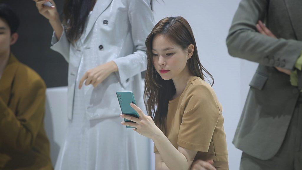코로나19로 사회적 거리두기를 실천하고자 온라인 패션쇼로 공개행사를 열었던 LG 벨벳이 공중파 예능프로그램에서 소개됐다. 사진은 '사장님 귀는 당나귀 귀' 영상 캡쳐