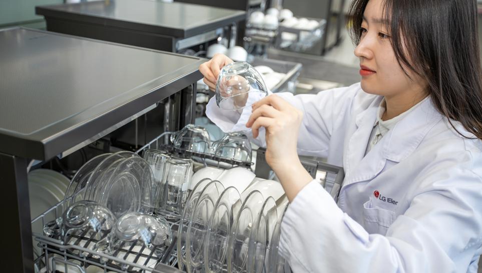 LG 디오스 식기세척기 스팀의 물 얼룩을 확인하고 있는 LG전자 내 연구원