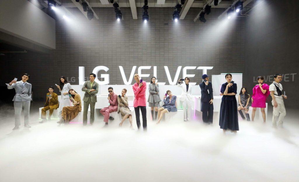 LG전자가 7일 'LG 벨벳' 런칭 행사를 온라인으로 공개했다. LG전자는 'LG 벨벳'의 완성도 높은 디자인과 다양한 색상을 강조하기 위해 신제품 행사를 온라인 패션쇼 컨셉으로 꾸몄다. 패션모델들이 LG 벨벳을 들고 개성있는 포즈를 취하고 있다.
