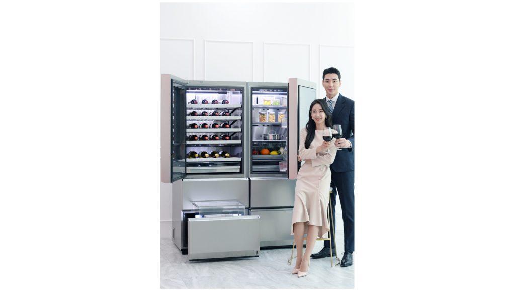 LG전자가 기존에 선보인 제품과는 달리 오른쪽에서 왼쪽 방향으로 도어를 열 수 있는 超프리미엄 LG 시그니처(LG SIGNATURE) 와인셀러 신제품(사진 왼쪽)을 출시했다. 고객은 LG 시그니처 와인셀러 신제품의 오른쪽에 LG 시그니처 상냉장·하냉동 냉장고를 놓고 사용하거나 도어를 여는 방향이 다른 LG 시그니처 와인셀러 두 대를 나란히 붙여서 사용할 수 있다.