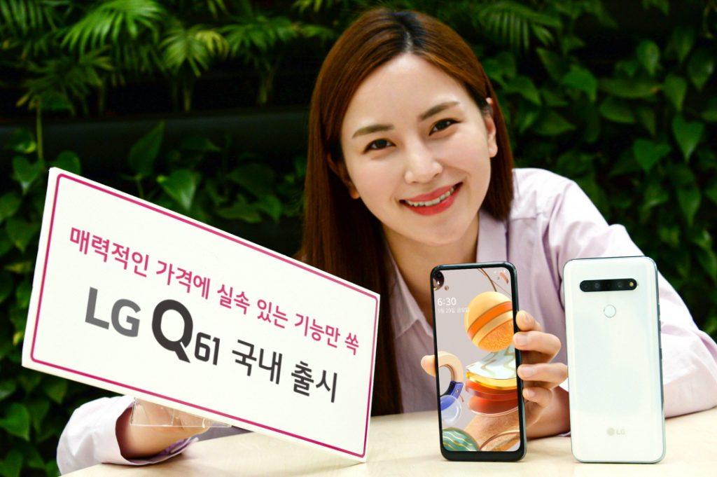 LG전자가 29일 LG Q61을 출시한다. 모델이 LG Q61을 소개하는 모습.