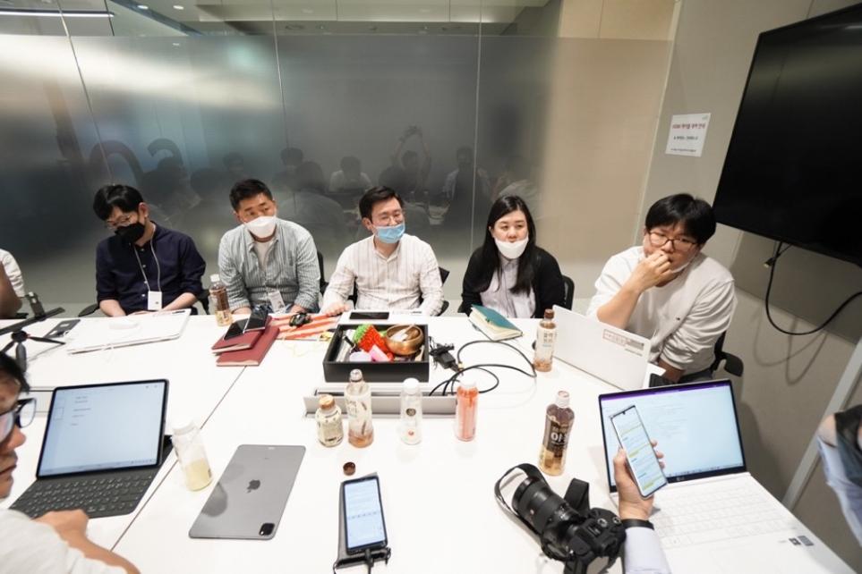 LG 벨벳 개발자들과 인터뷰하는 모습