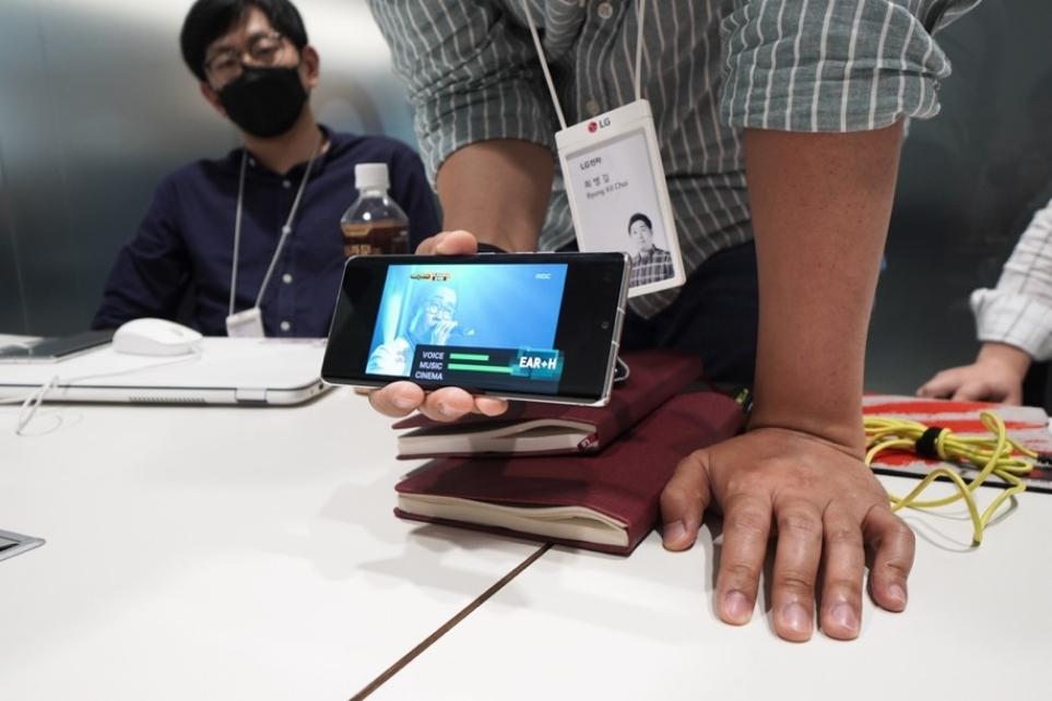 인공지능 사운드 기술을 시연 중인 LG 벨벳 사운드 개발자의 모습