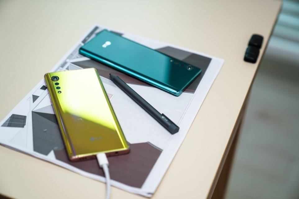 LG 벨벳 일루전 선셋과 오로라 그린 제품의 뒷면