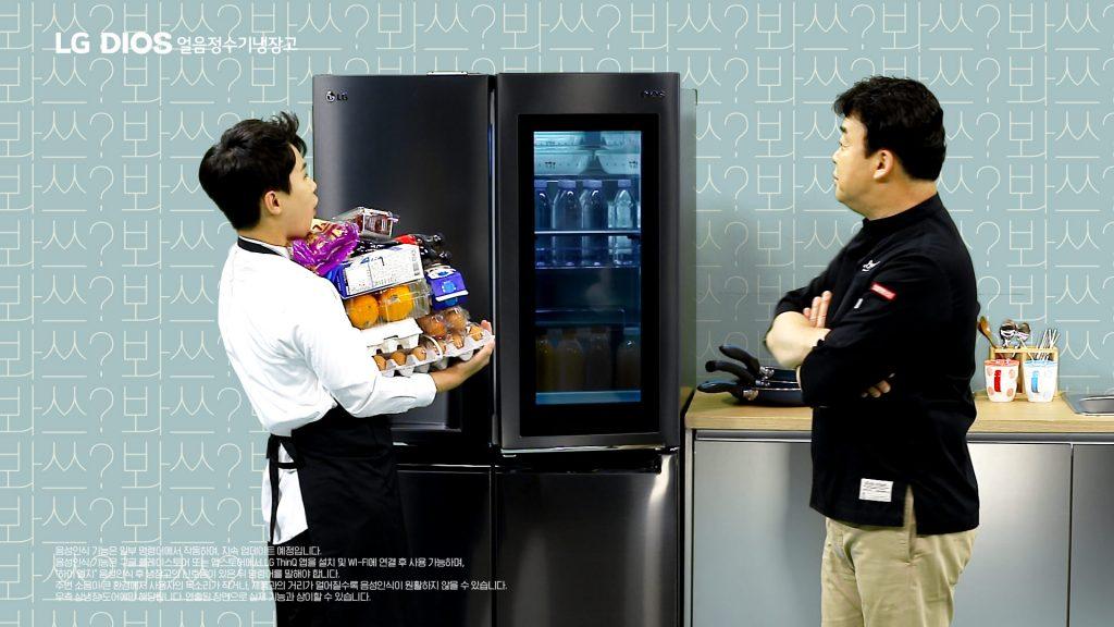 LG전자가 20일 방송인 백종원과 함께 LG 디오스 얼음정수기냉장고의 편리한 신기능을 소개하는 새로운 형식의 광고를 선보였다. 광고 속에서 백종원이 음성만으로 냉장고 문을 열자 양세형이 감탄하는 모습.