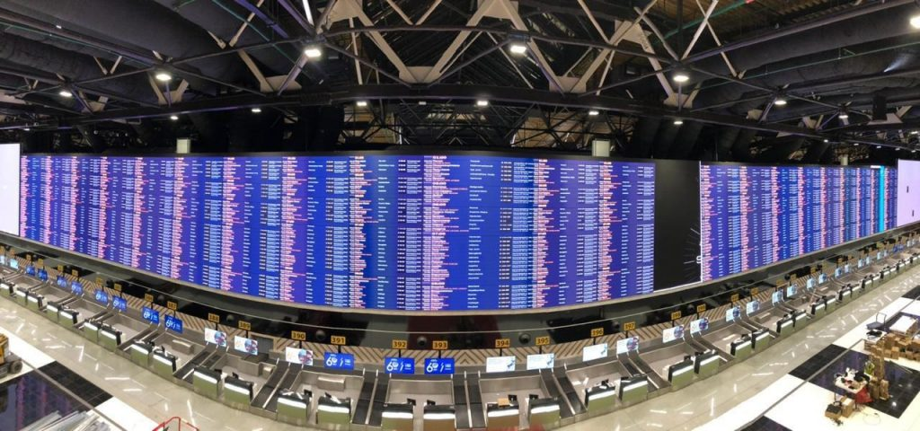 LG전자가 모스크바 북부에 위치한 세레메티예보 국제공항 C터미널에 LED 사이니지를 활용해 가로 68.5미터, 세로 6.5미터 규모의 항공운항정보표출시스템을 구축했다.