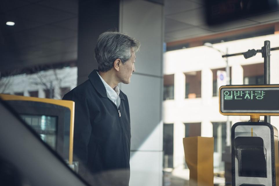 주차장 입구에서 시스템 인식을 확인하는 사람