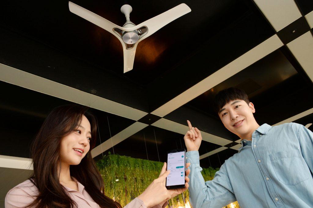 LG전자가 11일 프리미엄 천장형 선풍기 'LG 실링팬(LG Ceiling Fan)'을 국내에 출시했다. 모델들이 서울 서초구에 있는 LG전자 서초R&D캠퍼스의 '살롱 드 서초'에서 LG 실링팬을 소개하고 있다.