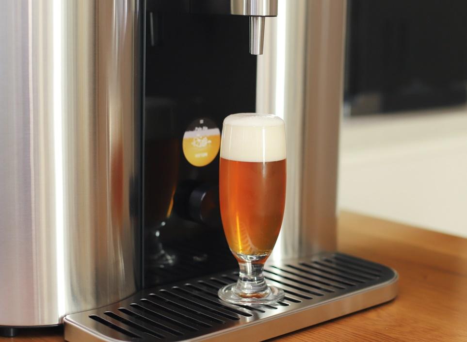 LG 홈브루와 잔에 담긴 맥주
